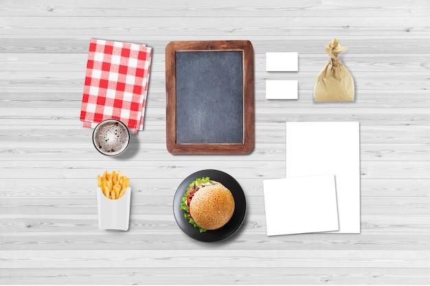 Menu vuoto e lavagna con hamburger su un tavolo del ristorante