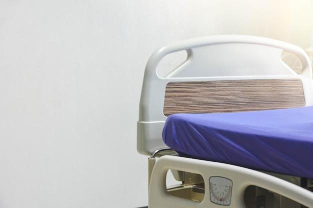 Un letto di ospedale elettrico moderno vuoto o un letto di pazienti in corsia di ospedale su sfondo bianco