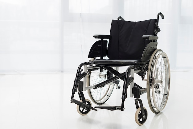 Vuota sedia a rotelle moderna in camera