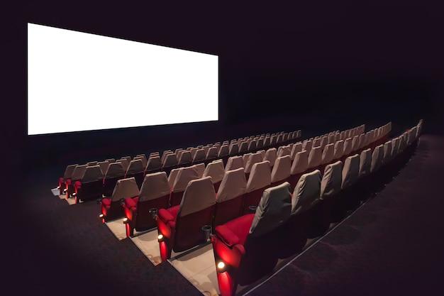 Schermo cinematografico vuoto con sfocata della sedia nel cinema.