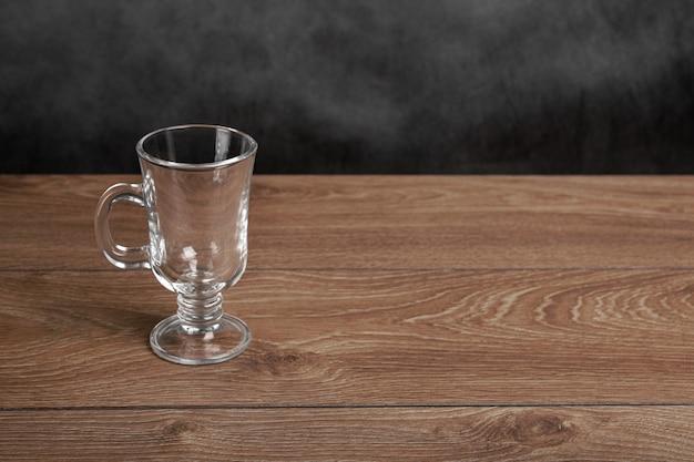 Tazza vuota di vin brulè. bicchiere irlandese vuoto con manico