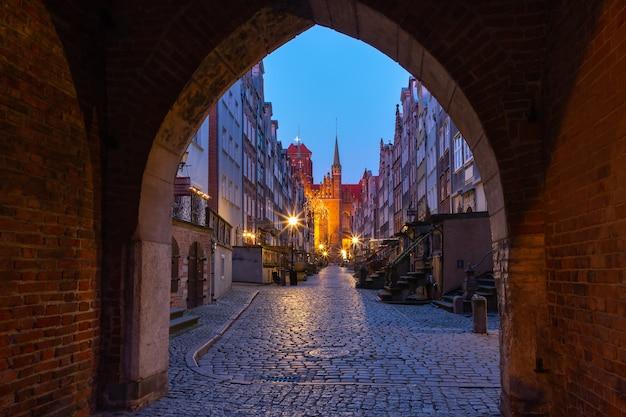 Strada vuota di notte mariacka, st mary, via nel centro storico di danzica