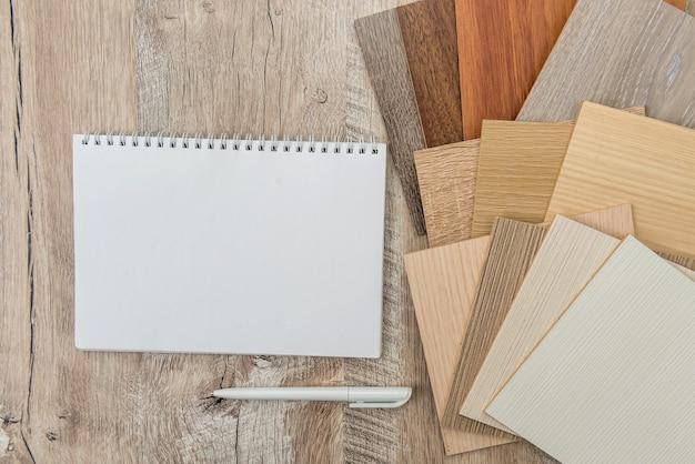 Foglio di quaderno vuoto con catalogo colore legno pavimento per il design. raccolta di laminati come campionatore
