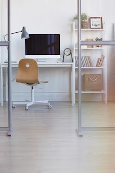 Posto di lavoro ufficio vuoto dietro la parete di vetro dal design minimale