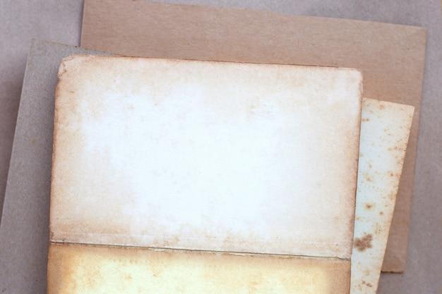 Vecchio fondo d'annata marrone vuoto di struttura della carta della pagina.