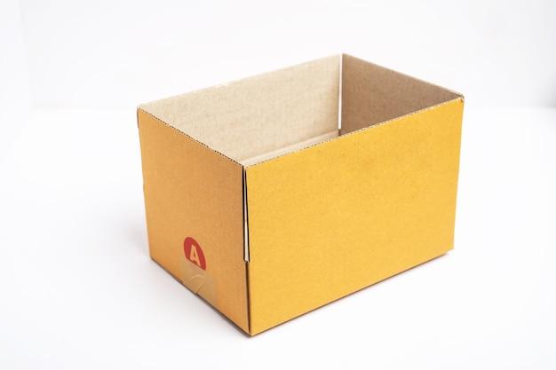 Scatola di cartone marrone aperta e chiusa vuota isolata con nastro adesivo.