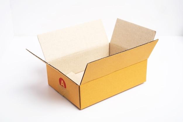 Scatola di cartone marrone aperta e chiusa vuota isolata.