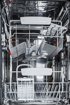 Svuotare la lavastoviglie aperta pronta per il lavaggio