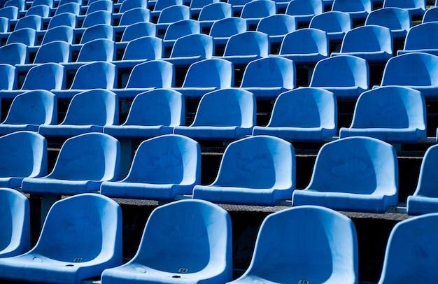 Concetto vuoto dell'arena all'aperto delle sedie dei fan per il concetto dell'ambiente culturale del pubblico