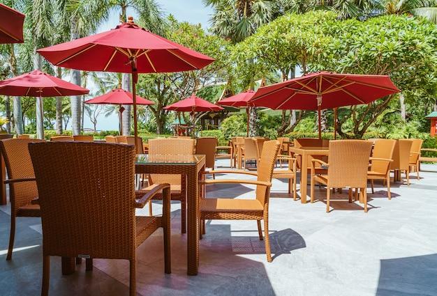 Tavolo patio esterno vuoto e sedia con ombrellone