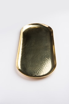 Thali o piastra vuota di forma ovale o rotonda composta da ottone, pital o oro su sfondo bianco