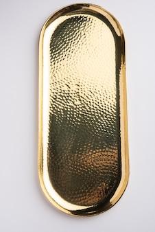 Thali vuoto di forma ovale o rotonda o piatto composto da ottone, pital o oro su superficie bianca