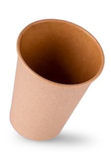 Il bicchiere di carta vuoto isolato su sfondo bianco