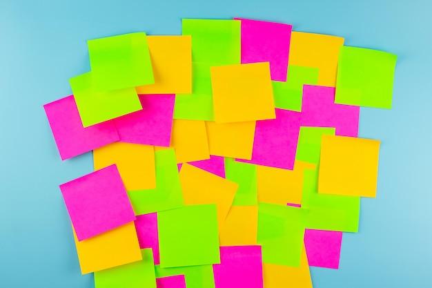 Nota di carta vuota frequentemente con spazio di copia per il testo. faq (domande frequenti), risposta, domande e risposte, comunicazione e brainstorming, concetti relativi al giorno internazionale di una domanda