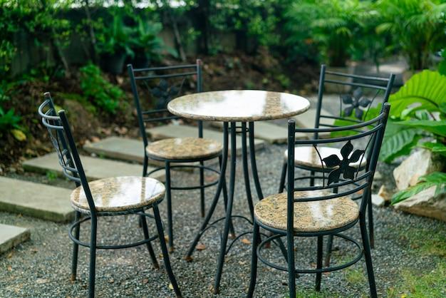 Decorazione del tavolo del patio vuoto in giardino