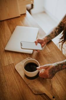 Schermo del telefono vuoto e concetto di lavoro da casa