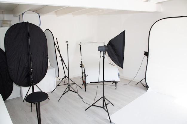 Studio fotografico vuoto con apparecchi di illuminazione Foto Premium