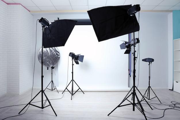 Studio fotografico vuoto con apparecchiature di illuminazione