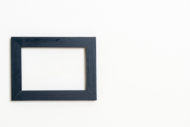 Cornice vuota sul muro bianco