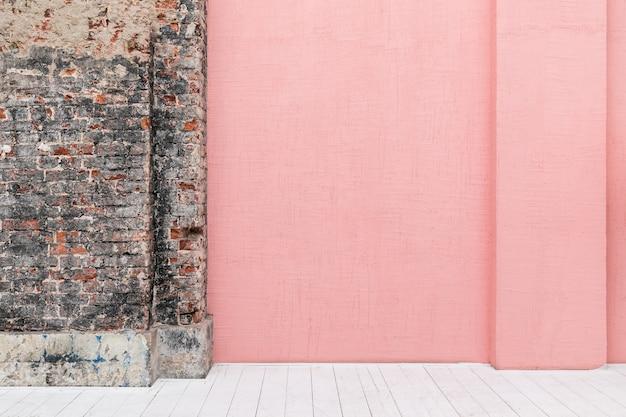 Muro di cemento colorato rosa vuoto con copyspace libero in appartamento loft con pavimento in legno bianco e muratura