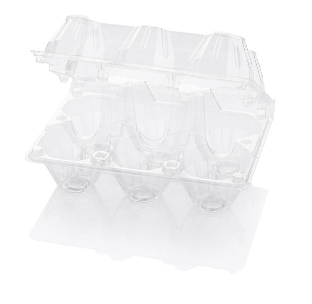 Scatola per uova di plastica vuota isolata su bianco con il percorso di residuo della potatura meccanica