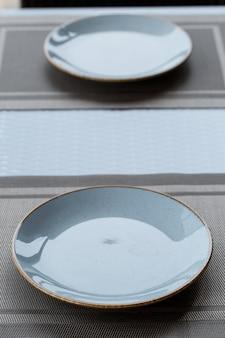 Piatto vuoto di melamina ceramica smalto blu per la cena.
