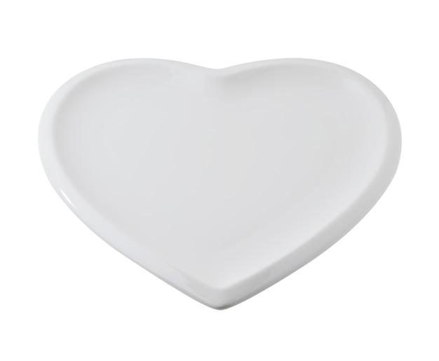Piatto vuoto a forma di cuore su sfondo bianco