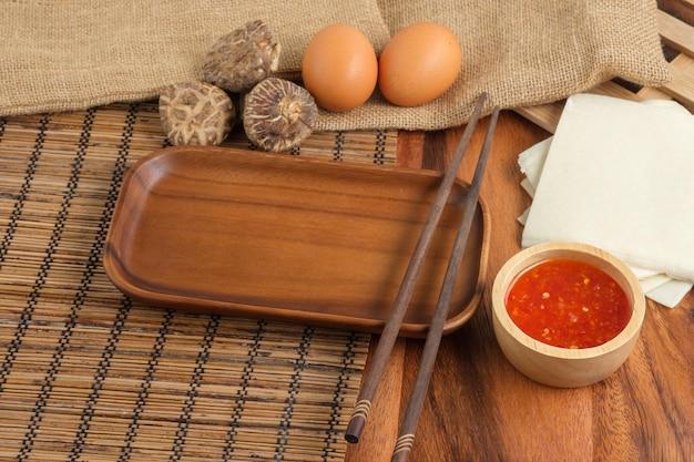 Piatti vuoti con bacchette di stili in legno. impostazione della tabella.