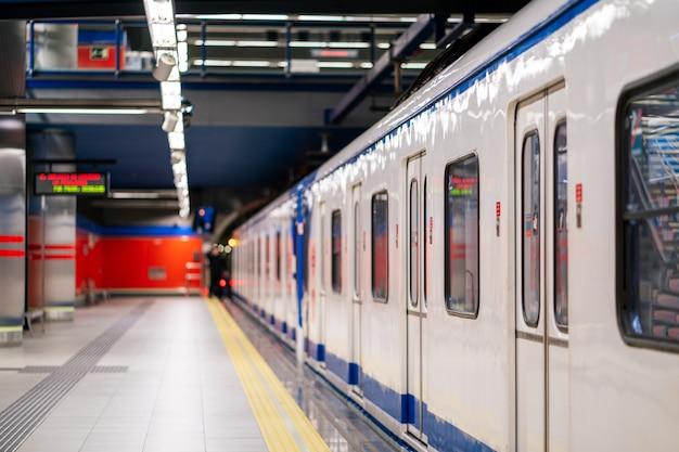Piattaforma vuota alla stazione della metropolitana della metropolitana