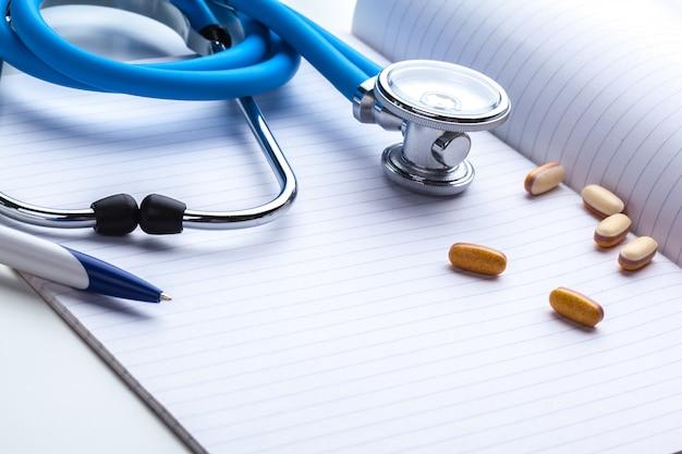 Prescrizione vuota che si trova sulla tabella con lo stetoscopio