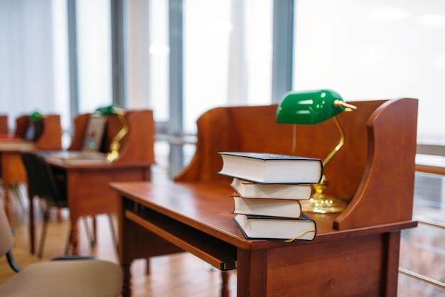 Sala lettura vuota, interno della biblioteca universitaria, nessuno. deposito di conoscenza, concetto di educazione