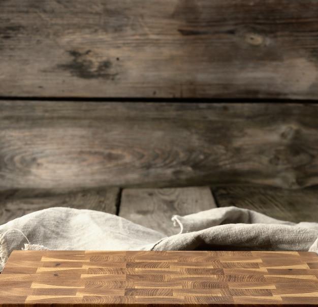 Tagliere da cucina in legno rettangolare vuoto sul tavolo, primi piani