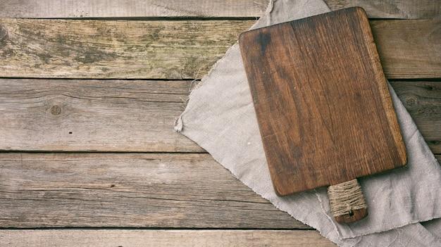 Tagliere da cucina in legno rettangolare vuoto sul tavolo, vista dall'alto, copia dello spazio