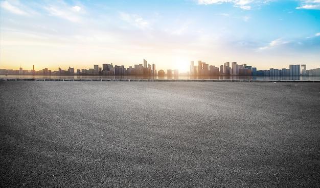 Superficie vuota del pavimento della strada con le costruzioni moderne del punto di riferimento della città in cina