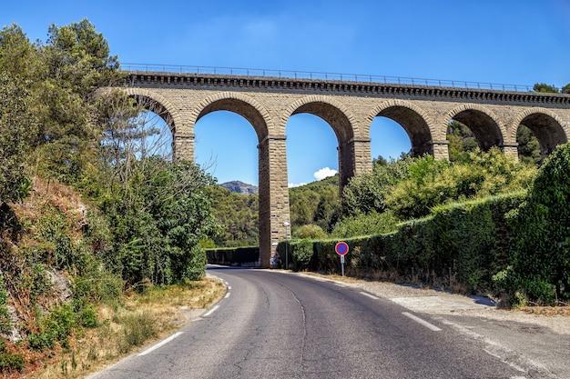 Strada vuota autostrada e antico ponte acquedotto a fontaine de vaucluse provence france