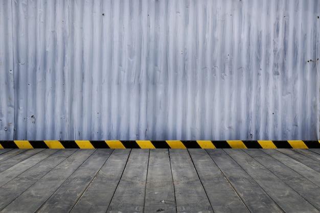 Spazio vuoto della stanza per lo sfondo con pavimento in pavimentazione e linea in metallo