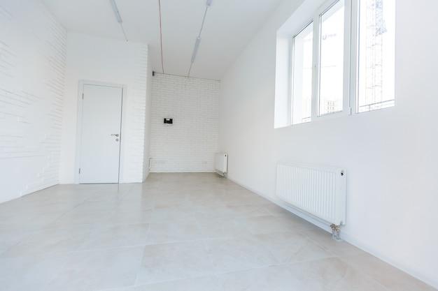 Stanza vuota senza riparazione. interno dell'ufficio bianco della stanza del soppalco con finestre panoramiche in proiezione equirettangolare