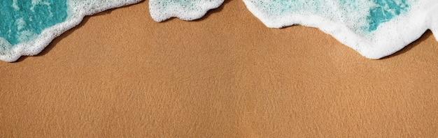 Spiaggia di sabbia vuota e morbida onda blu in estate giornata di sole.natura sfondo texture.ampia e lunga dimensione