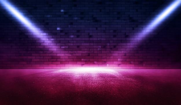 Riflettore di scena vuoto. raggi di luce al neon nell'oscurità con fumo.