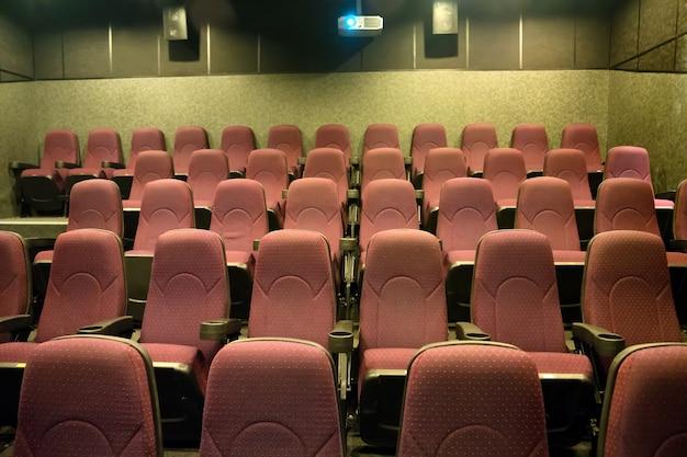 Posti vuoti nel piccolo cinema con proiettore cinematografico