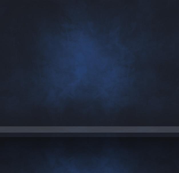 Scaffale vuoto su un muro di cemento nero e blu. scena del modello di sfondo. banner quadrato