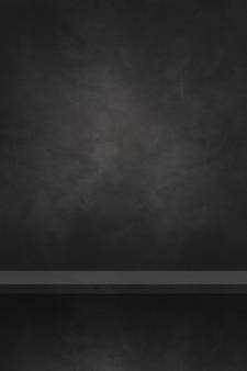 Scaffale vuoto su un muro di cemento nero. scena del modello di sfondo. sfondo verticale