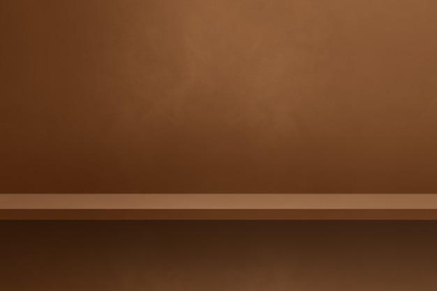 Scaffale vuoto su una parete marrone. scena del modello di sfondo. sfondo orizzontale