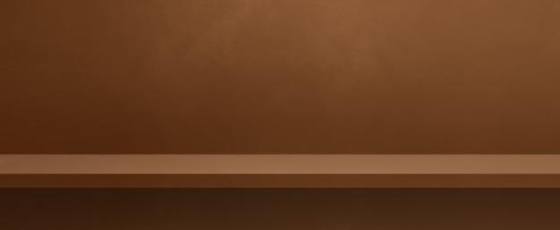 Scaffale vuoto su una parete marrone. scena del modello di sfondo. banner orizzontale