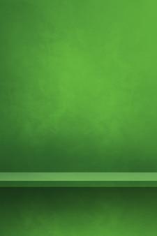 Scaffale vuoto su una parete verde. scena del modello di sfondo. sfondo verticale