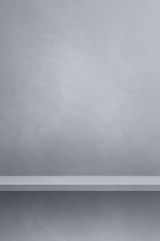 Scaffale vuoto su un muro grigio. scena del modello di sfondo. sfondo verticale