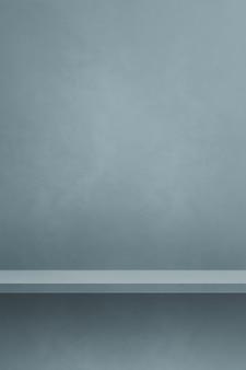 Scaffale vuoto su un muro grigio colorato. scena del modello di sfondo. sfondo verticale