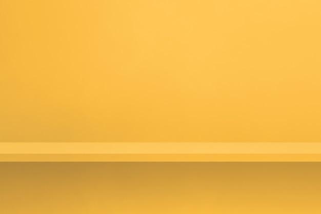 Scaffale vuoto su una parete gialla. scena del modello di sfondo. sfondo orizzontale