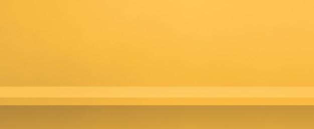 Scaffale vuoto su una parete gialla. scena del modello di sfondo. banner orizzontale