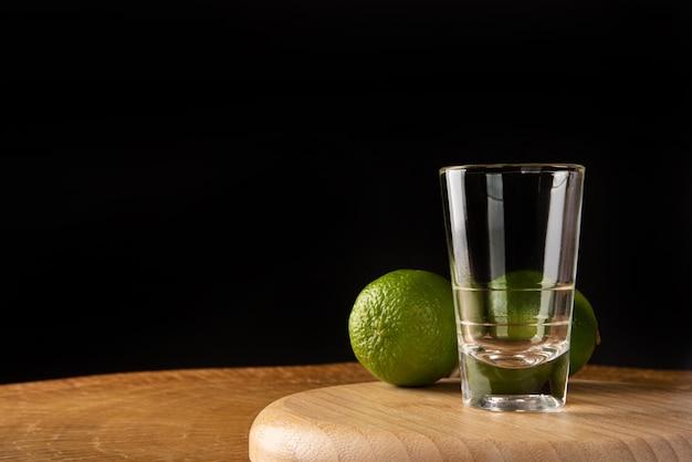 Bicchiere vuoto e due lime